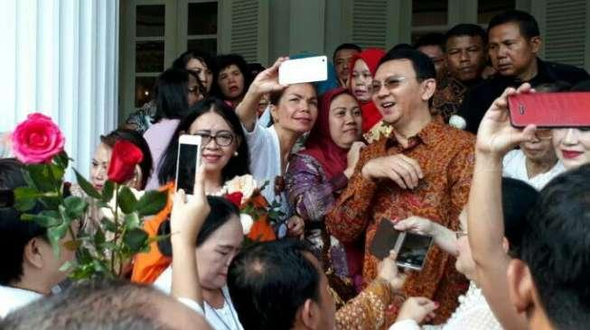 Hari Kartini, Ibu-ibu Bawa Bunga Mawar Tanda Cinta ke Ahok