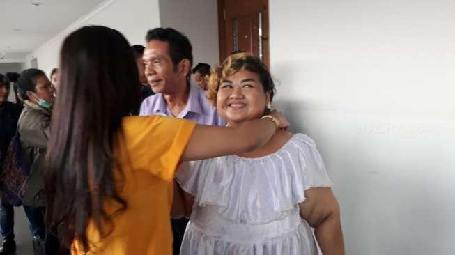 Terharu Didukung Teman, Pretty Asmara Menangis