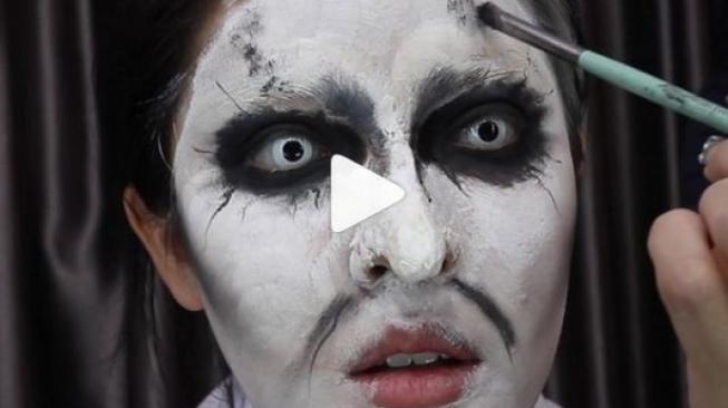 Begini Tutorial Make-up Valak Seksi ala Ladyboy Thailand