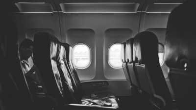 Pria Ini Rela Berdiri 6 Jam di Pesawat Agar Istri Bisa Tidur