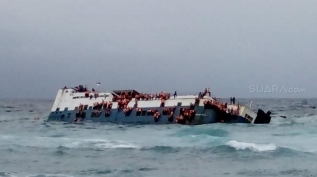 STOP PRESS! Angkut Ratusan Orang, KM Lestari Maju Tenggelam di Selayar