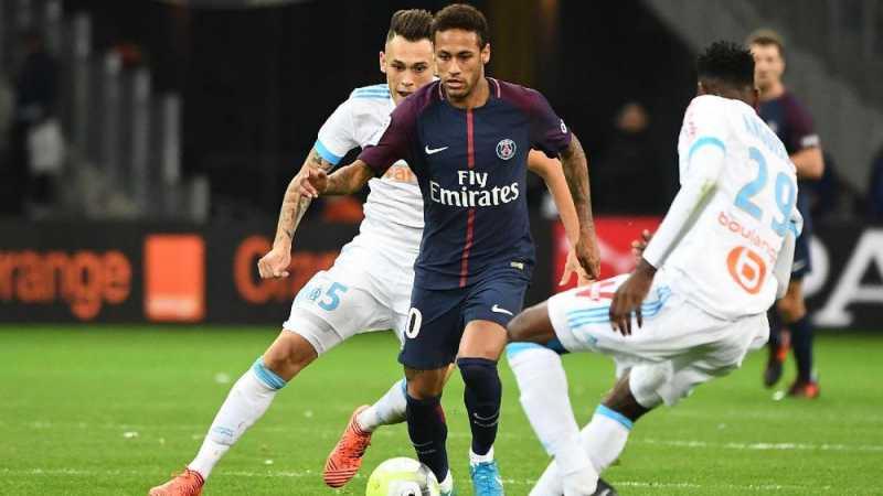 Neymar Tetap Dijaga Pengawal Saat Lakukan Sepak Pojok