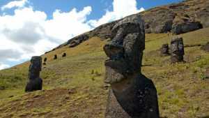 Setop Foto dengan Pose Konyol di Pulau Paskah