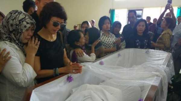 Isak Tangis Marie Claire Lintang Kala Lihat Jenazah NH Dini