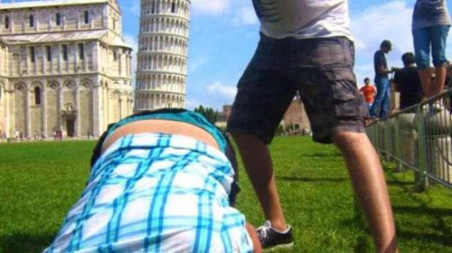 Sulit Tahan Tawa Lihat Pose-pose Kocak Orang di Menara Pisa Ini