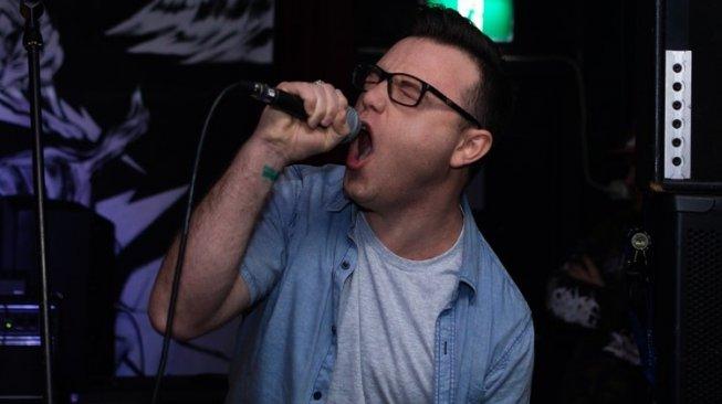 Suaranya Jelek, Dua Pria Digebuki di Tempat Karaoke