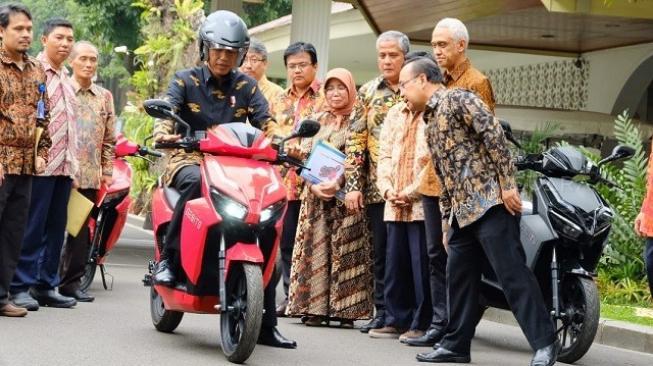 Dibanderol Rp 23 Juta, Jokowi Mau Borong 100 Motor Listrik Gesits