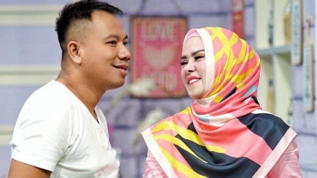 Vicky Prasetyo Ajak Mudik Naik Bus, Angel Lelga Bawa Bedcover