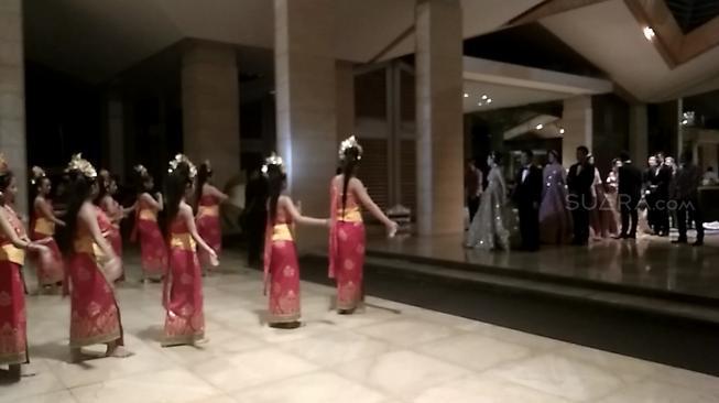 Pernikahan Crazy Rich Surabayan Dimulai, Mempelai Disambut Tari Pendet
