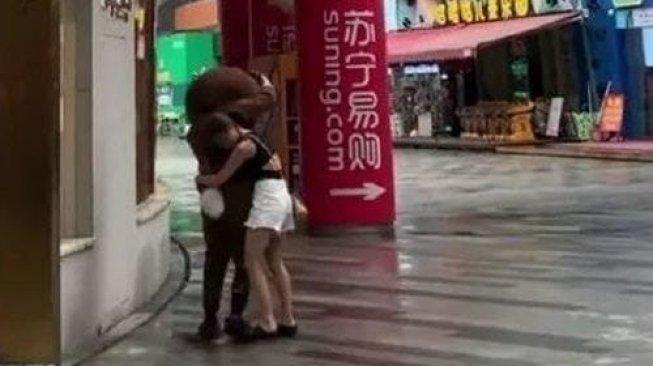 Niatnya Mau Kasih Kejutan, Pria ini Malah Pergoki Pacarnya Selingkuh