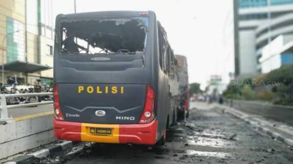 Kembali Bentrok! Polisi Dilempari Batu, Massa Aksi 22 Mei Bakar Ban