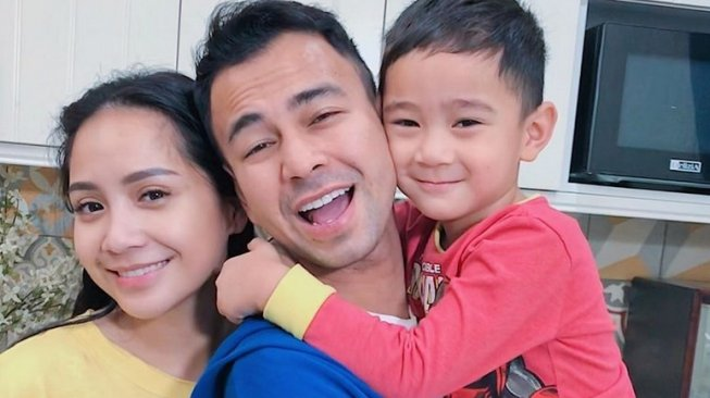 Nagita Slavina - Rafathar Terbang ke Singapura saat Jakarta Mati Lampu