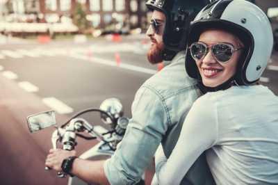 Cara Memeluk Mesra Pasangan Di Atas Motor
