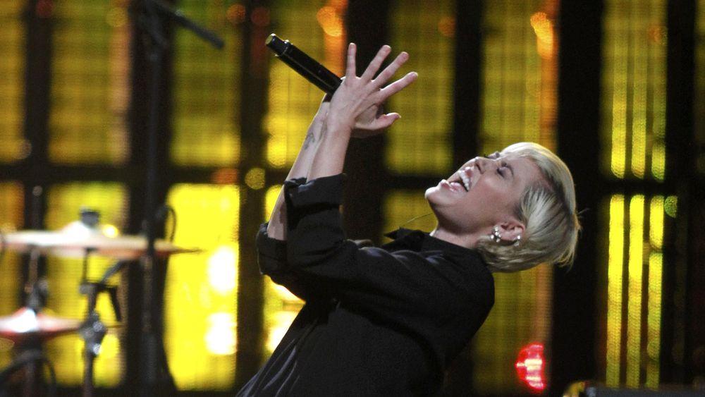 Nyamannya Miley Cyrus dalam She Is Coming