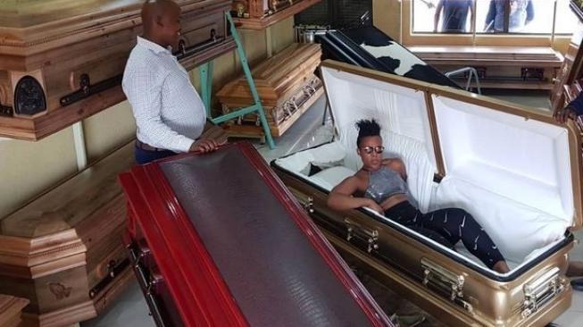 Ada-Ada Saja, Selebgram Pamer Peti Mati Mewah di Sosmed