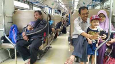 Subhanallah, Foto Anak Peluk Ayah di KA Bikin Trenyuh dan Nangis