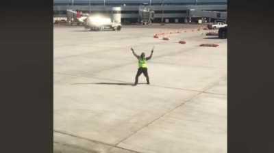 Kocak, Aksi Petugas Bandara Menari Iringi Pesawat Jadi Viral