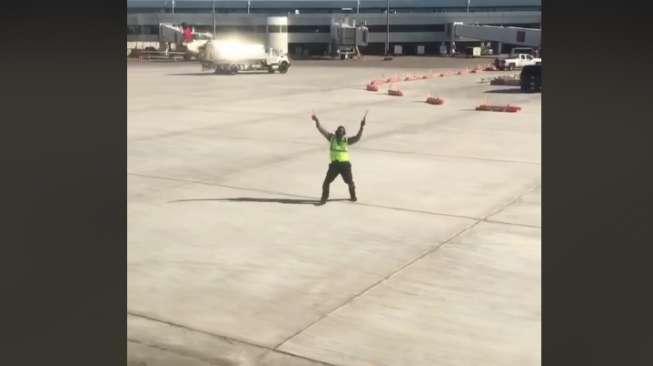 Viral, Aksi Petugas Bandara Menari Iringi Pesawat