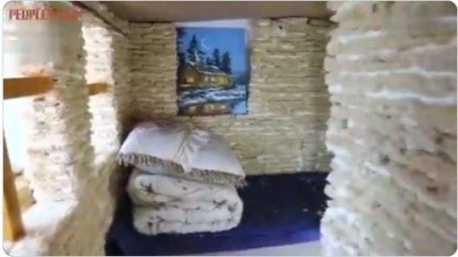 Niat Banget! Pria Ini Bikin Rumah Mainan dari Ribuan Mie Instan
