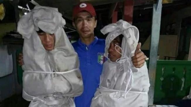 Dua Pocong Gadungan Tertangkap Warga Hukumannya Bikin Ngakak