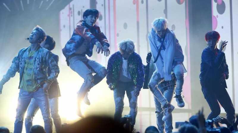 Aksi Luwes BTS Lakukan Fortnite Dance Challenge