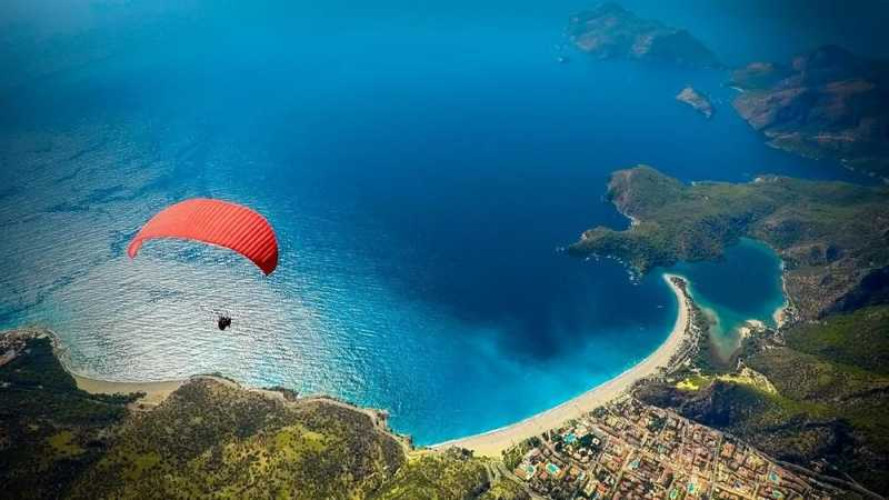 6 Lokasi Paralayang di Dunia yang Bikin Kagum