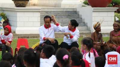Perhatian dan Kode Cinta Iriana Kepada Jokowi