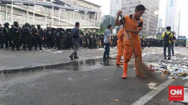 Pasukan Oranye Sapu Serpihan Aksi 22 Mei di Jantung Ibu Kota