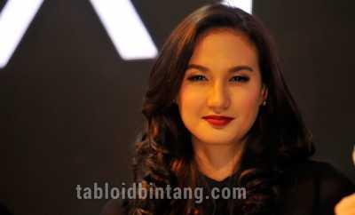 Nadine Chandrawinata Dinobatkan sebagai Duta Wisata Bahari