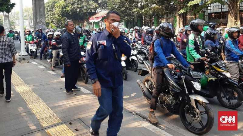 Gas Air Mata Masih Tersisa di Area DPR, Warga Gunakan Masker