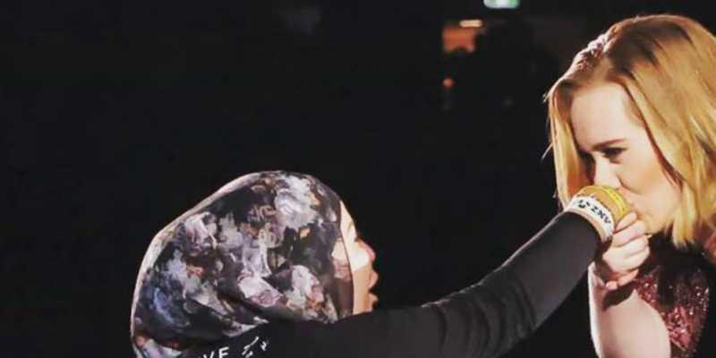 Adele Cium Tangan Hijaber Saat Konser