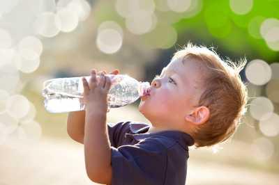Para Ibu Harus Membiasakan Anakanak Minum Air Putih Ini Alasannya
