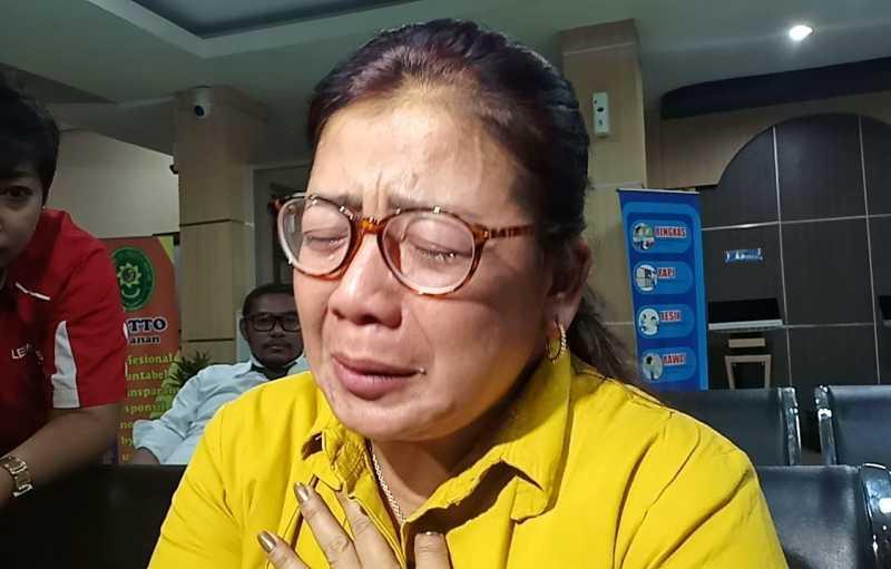 Sakit Hati pada Hilda Vitria, Ibunda Kriss Hatta Menangis Usai Hadiri Sidang