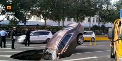 Apes! Mobil Rp10 Miliar Nyungsep Lobang di Tengah Jalan