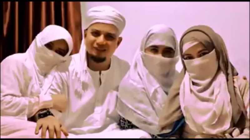 Ustadz Arifin Ilham Kenalkan Istri Ketiga di Postingan Facebooknya