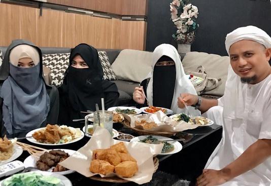 Istri Pertama Ungkap Nama Istri Ketiga Ustaz Arifin Ilham
