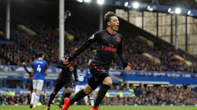 Ozil vs Emery, Siapa yang Akhirnya Terdepak dari Arsenal?