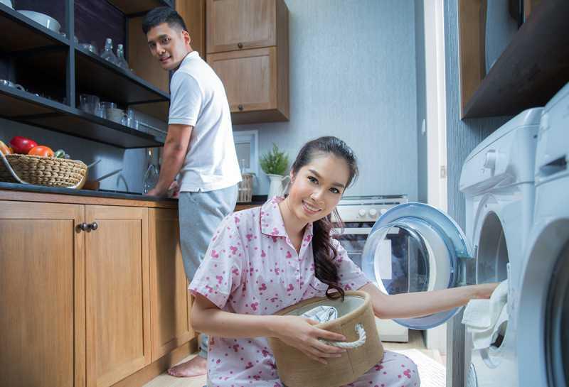 Berbagi Tugas Rumah Tangga dengan Pasangan Ketika Si Mbak Mudik