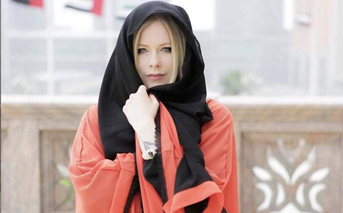 Avril Lavigne Pakai Gamis dan Kerudung, Netizen Puji Kecantikannya