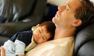 Awas! Bahaya Tidur dengan Bayi di Dada