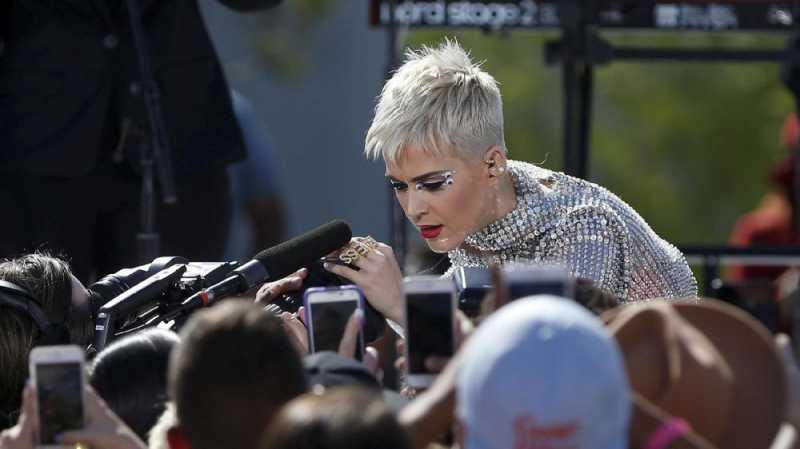 Lubang Hitam di Hati Katy Perry akibat Stephen Hawking