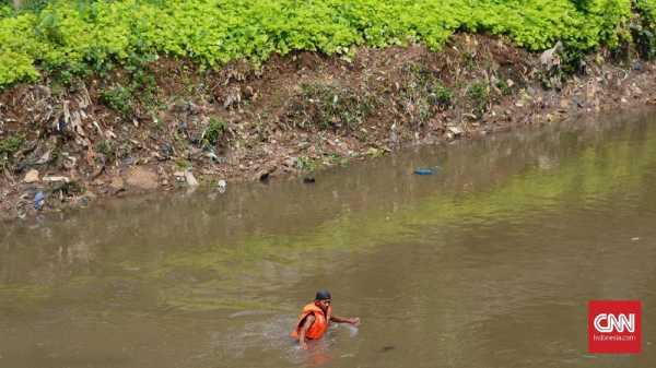 Limbah Medis Berbahaya Banyak Mengapung di Ciliwung Bogor