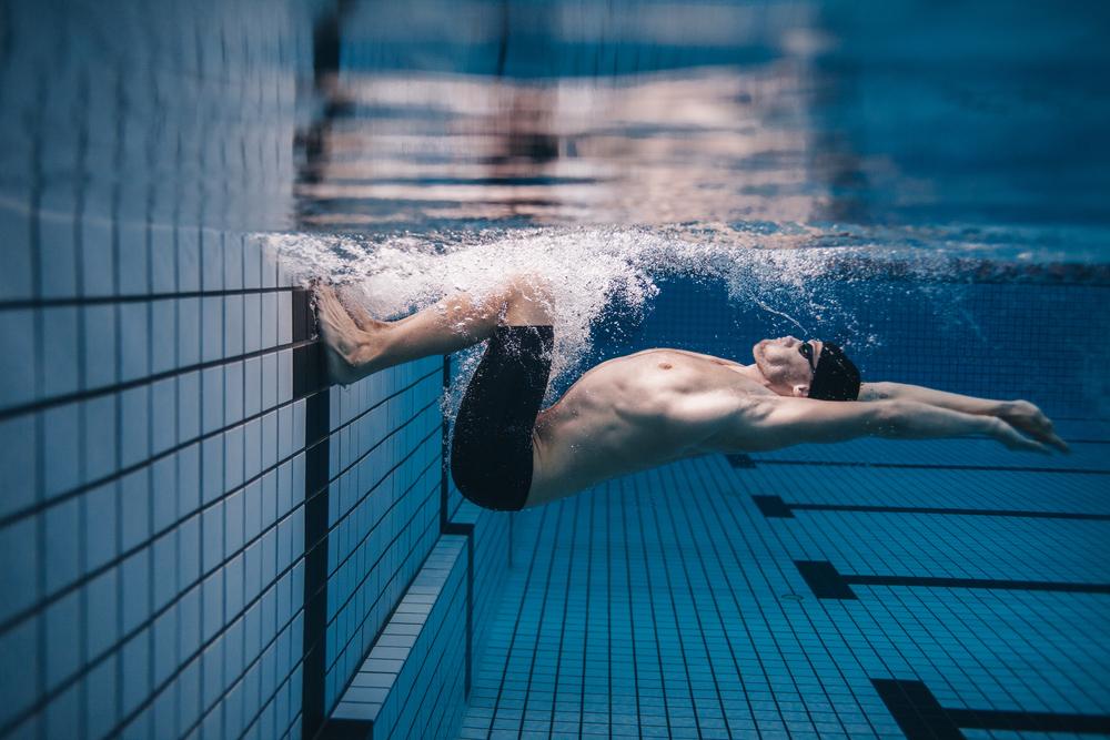 3 Gerakan Pemanasan yang Ampuh Mencegah Kram Saat Berenang