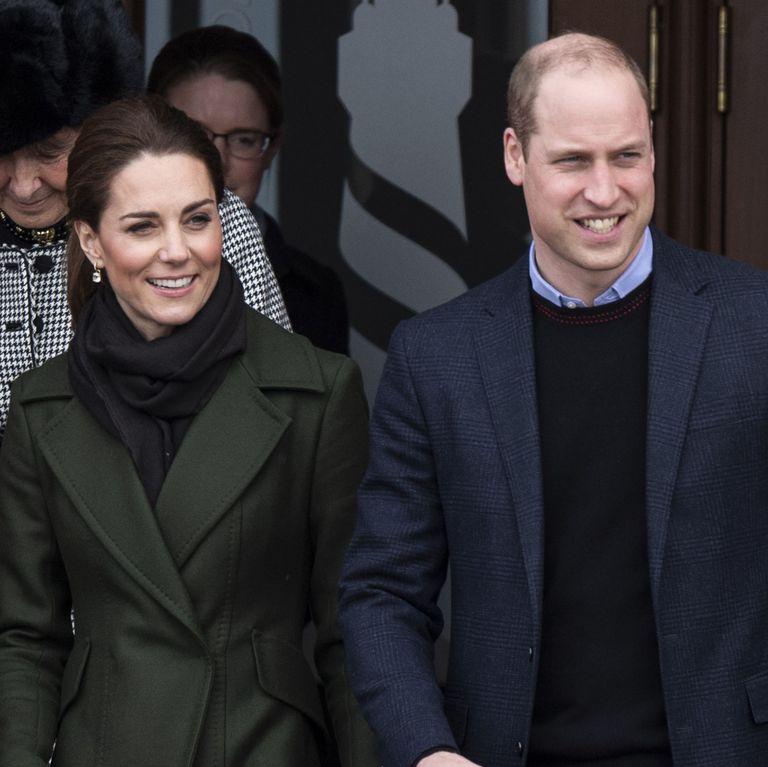Foto Candid Kate Middleton dan Pangeran William Bergandengan