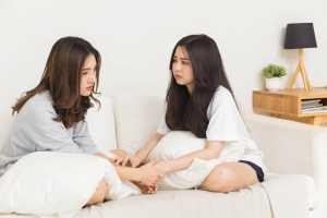 Bolehkah Curhat Masalah Pernikahan Kepada Teman dan Keluarga?