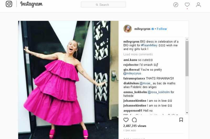 Gaun Miley Cyrus dalam The Voice Dikritik Netizen