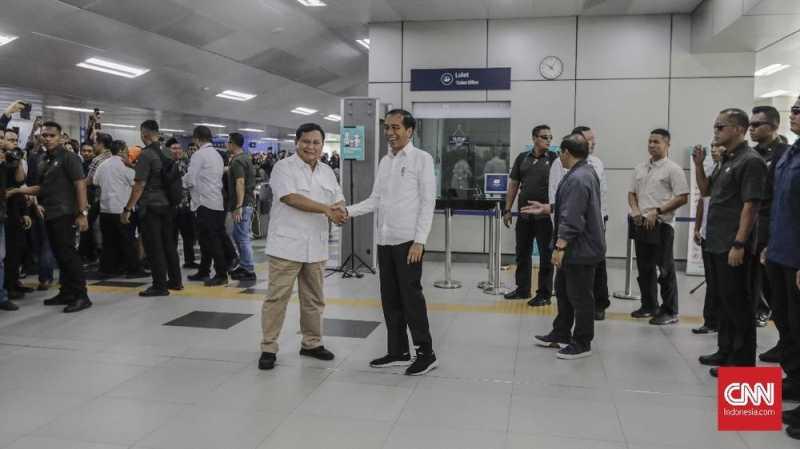 Histeria Warga Tonton Pertemuan Prabowo dan Jokowi di MRT