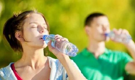 Minum Banyak Air Membahayakan Tubuh, Benarkah?