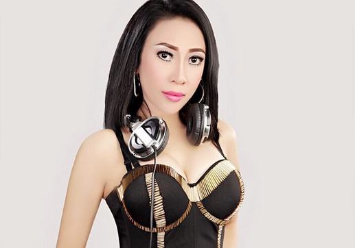 Jadi DJ dan Pakai Baju Seksi, Penampilan Dewi Sanca Bikin Pangling