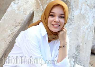 Dewi Sandra Menyayangkan Rina Nose Lepas Hijab, Tapi...